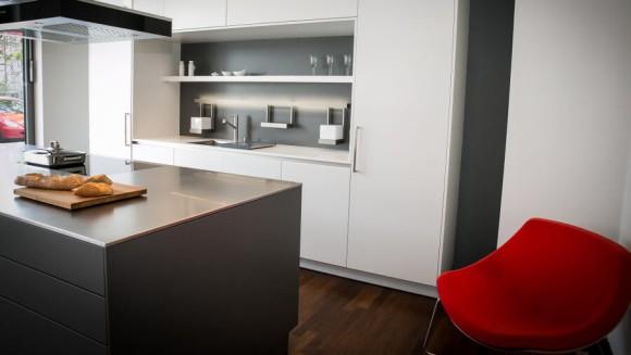 Küchenbörse Musterküche 3 - roter Sessel