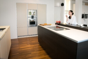 Musterküche Poggenpohl Küchenstudio Panitz Seitenansicht mit Model